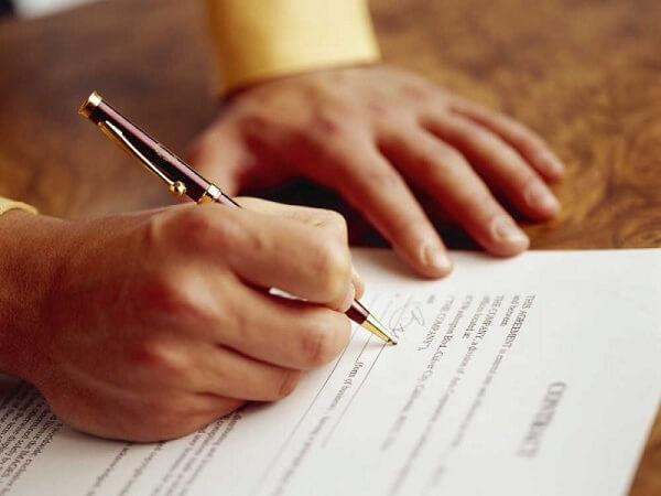 Специалисты рекомендуют не продлевать срочный договор, а заключать новый
